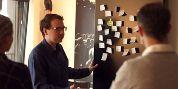 Rafael Bujotzek in der Redaktion (Foto: Alicia-Eva Rost/InZwischenZeit:Filme)