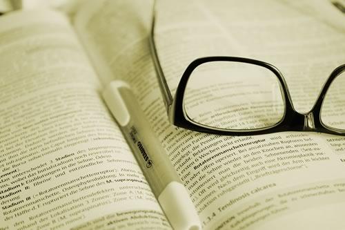 Brille auf Buch mit Textmarker (Foto: pixabay/Hans)