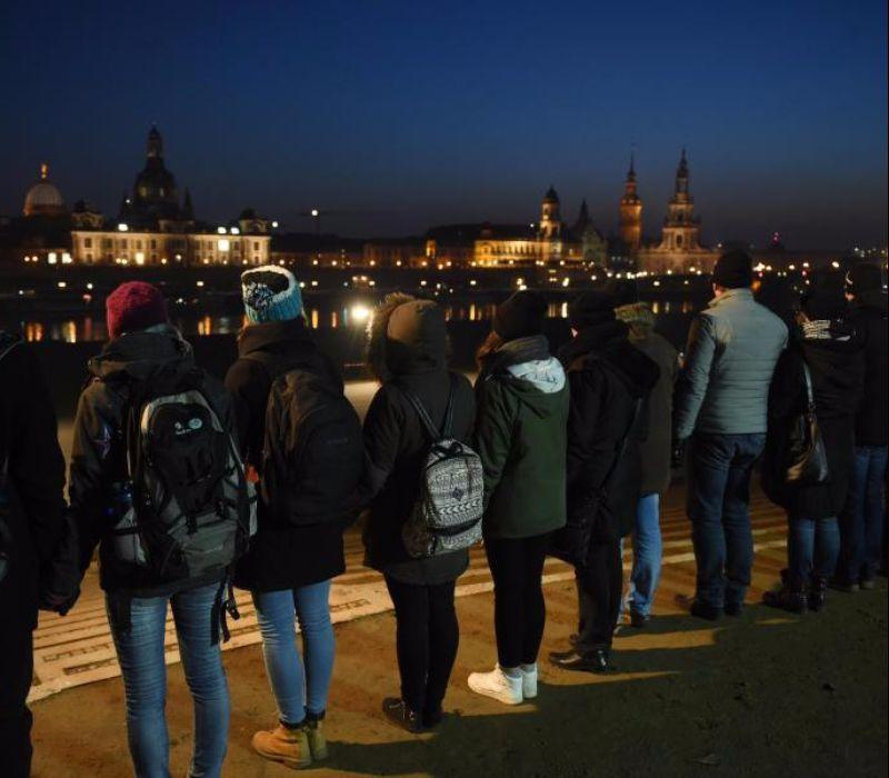 Menschenkette verbindet Dresden