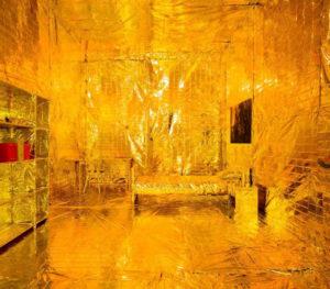Vergoldetes Zimmer als Protest gegen hohe Mieten