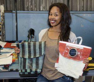 Stromspendende Schultaschen aus Plastikmüll